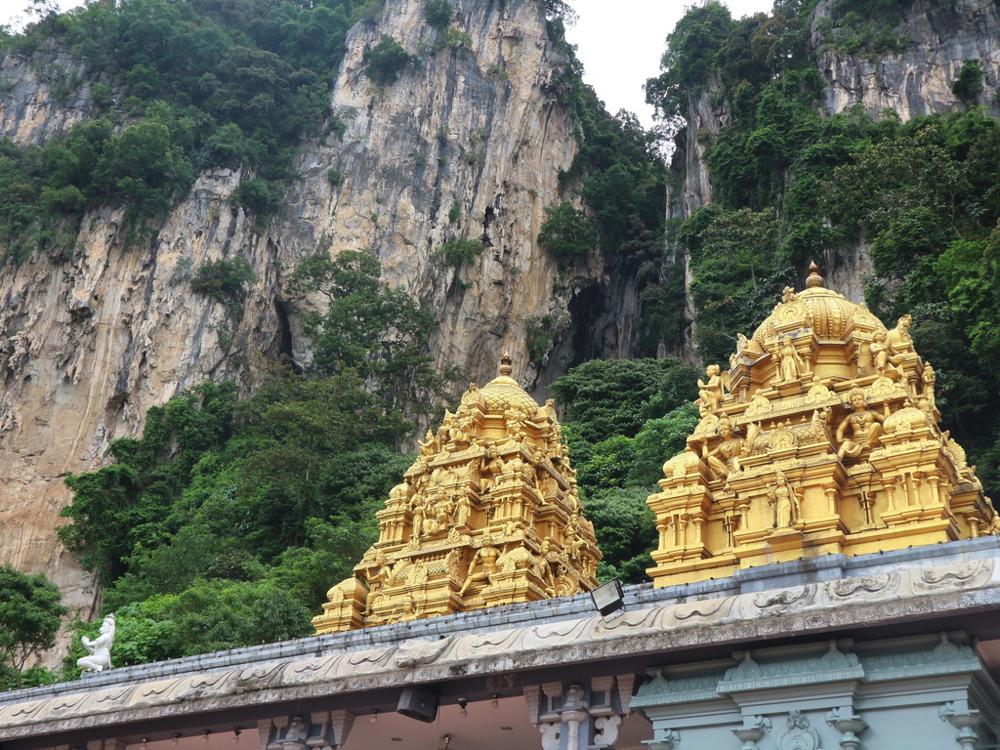 バトゥ洞窟の駅を降りたら、すでに雰囲気はヒンドゥー